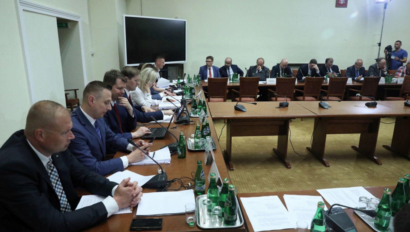 Komisja śledcza ds. Amber Gold przyjęła raport końcowy  (fot. PAP/Tomasz Gzell)
