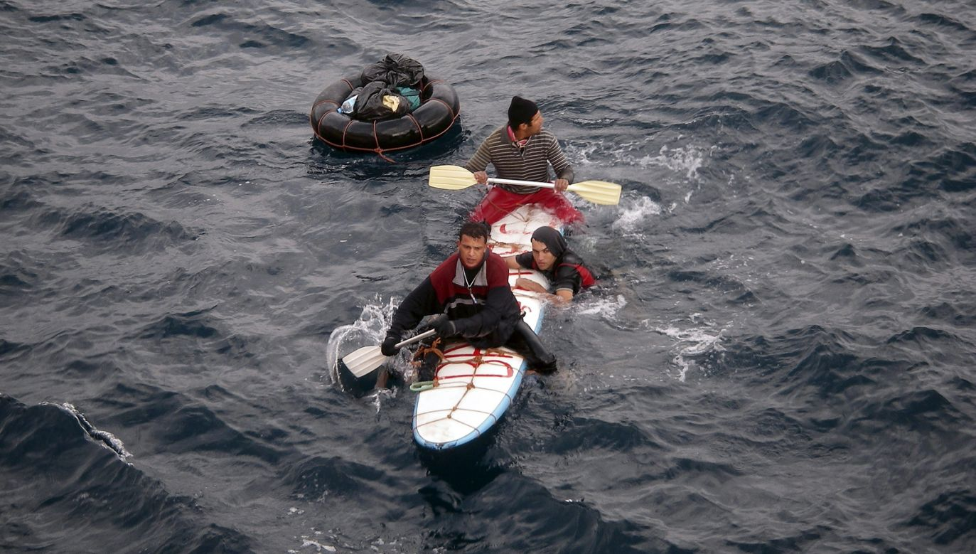 Wcześniej hiszpańscy ratownicy udzielali pomocy trzem przybyszom z Maroka, który w podróż wybrali się na desce windsurfingowej (fot. Alberto Rosado/Getty Images)