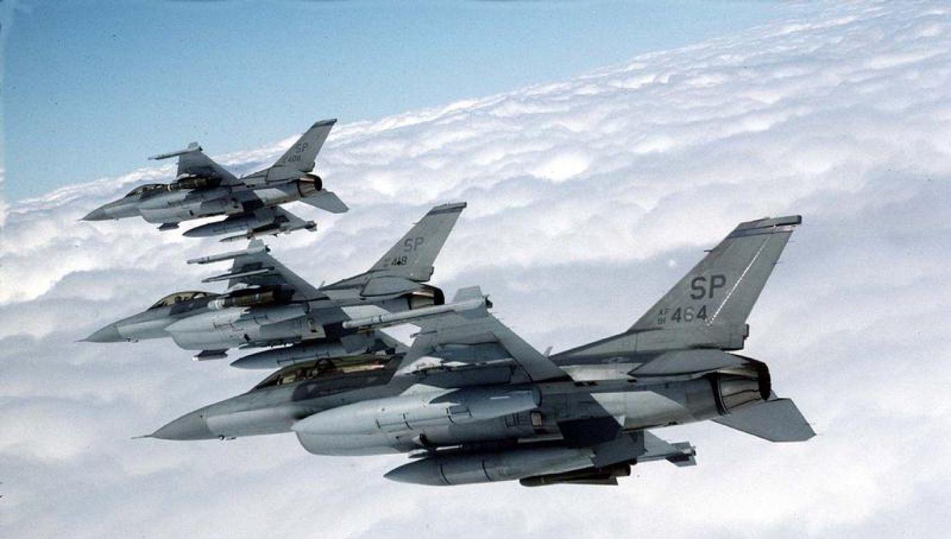 Formacja myśłiwców F-16 (fot. Senior Master Sgt./Reuters)