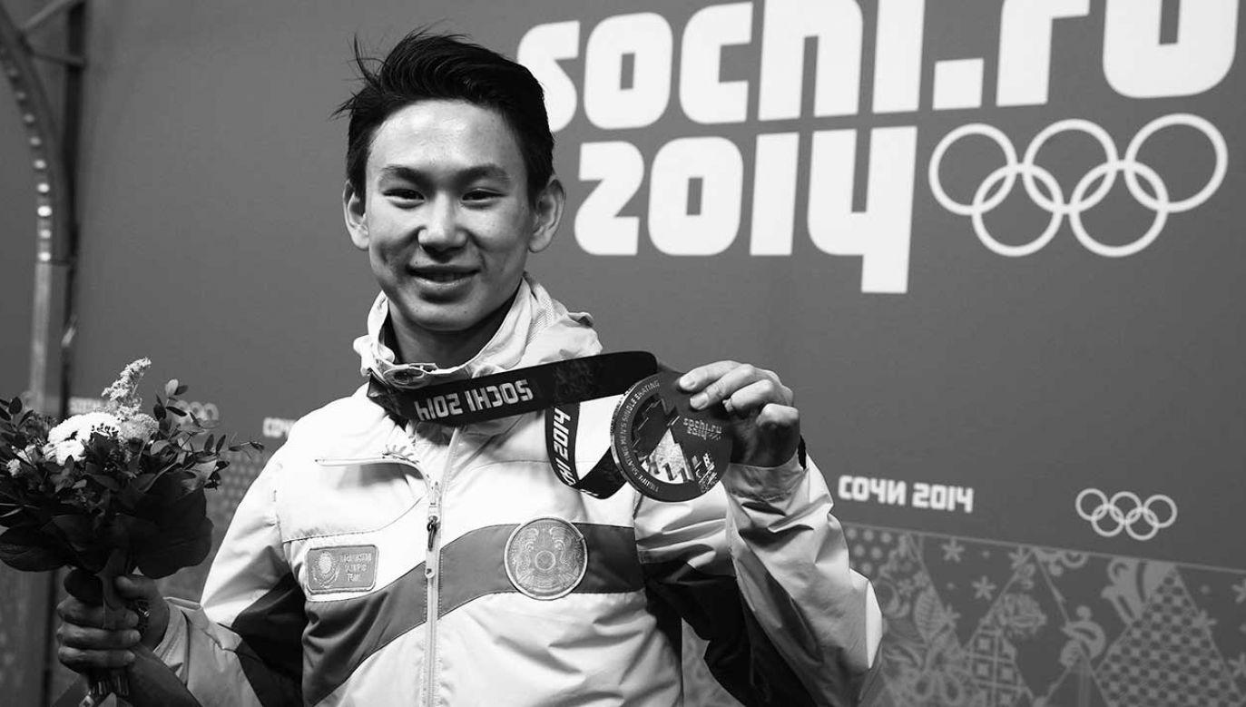 Brązowy medalista Denis Ten z Kazachstanu z medalem zdobytym w konkursie łyżwiarstwa figurowego mężczyzn na Igrzyskach Olimpijskich w Soczi 2014 (fot. arch. Christian Charisius)
