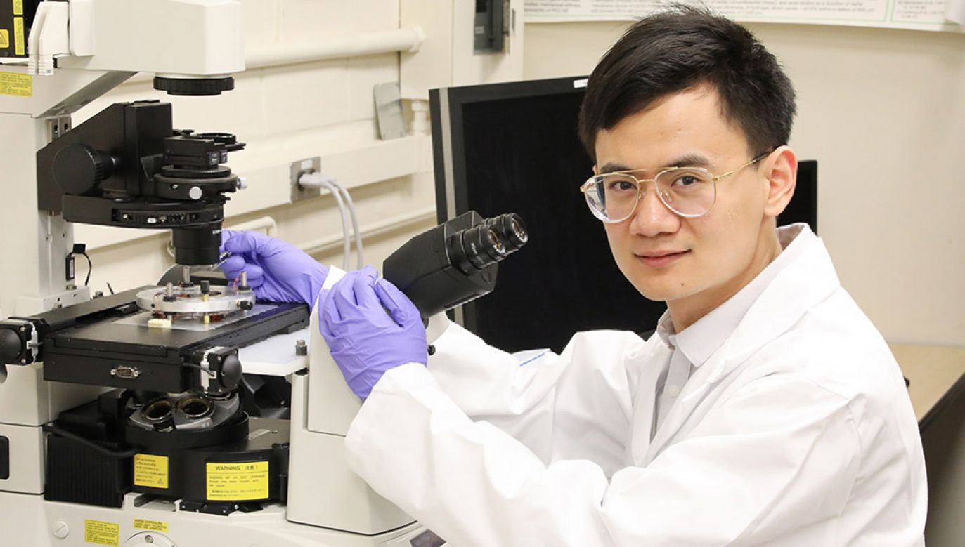 Doktorant Xian Wang wskazuje, że nanorobot może się poruszać bardzo precyzyjnie (fot. UToronto.ca)