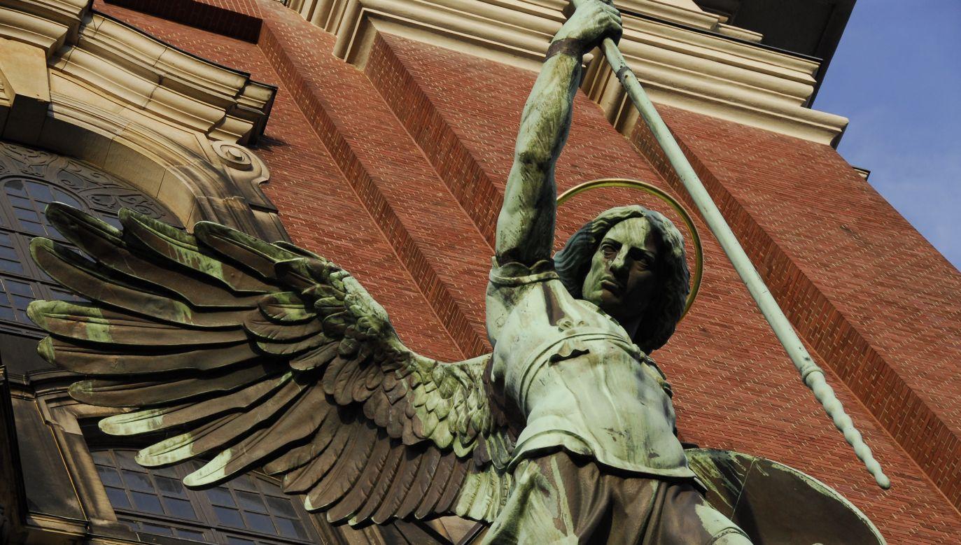 Archanioł Michał, najważniejszy z aniołów, pierwszy wypowiedział wojnę szatanom. Na zdjęciu: figura Archanioła Michała przed kościołem św. Michała w Hamburgu. Fot. Getty Images