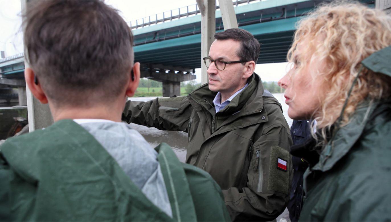 Premier Mateusz Morawiecki wizytował tereny zagrożone powodzią (fot. PAP/Łukasz Gągulski)