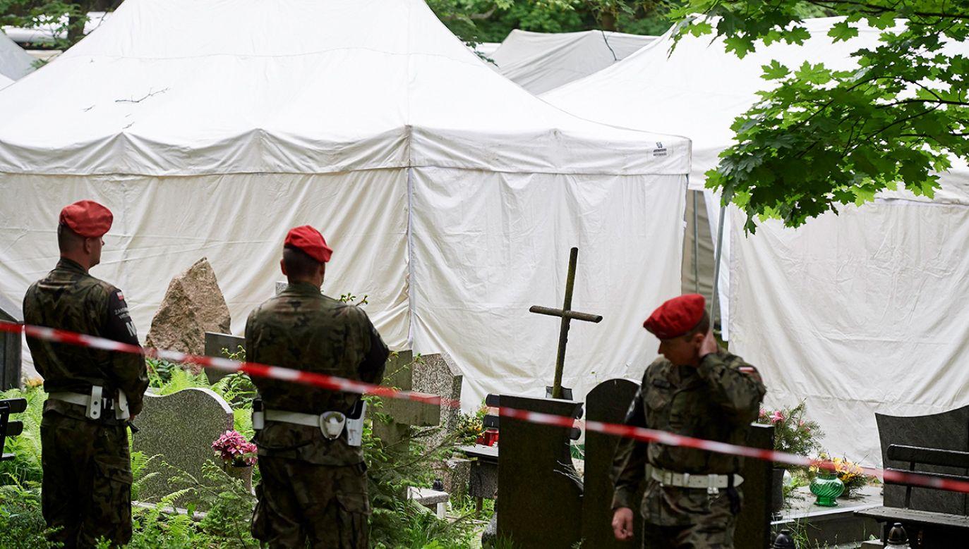 Ekshumacja inicjatora wielu przedsięwzięć upamiętniających ofiary Katynia Leszka Solskiego - ofiary katastrofy smoleńskiej z 10 kwietnia 2010 r. na cmentarzu