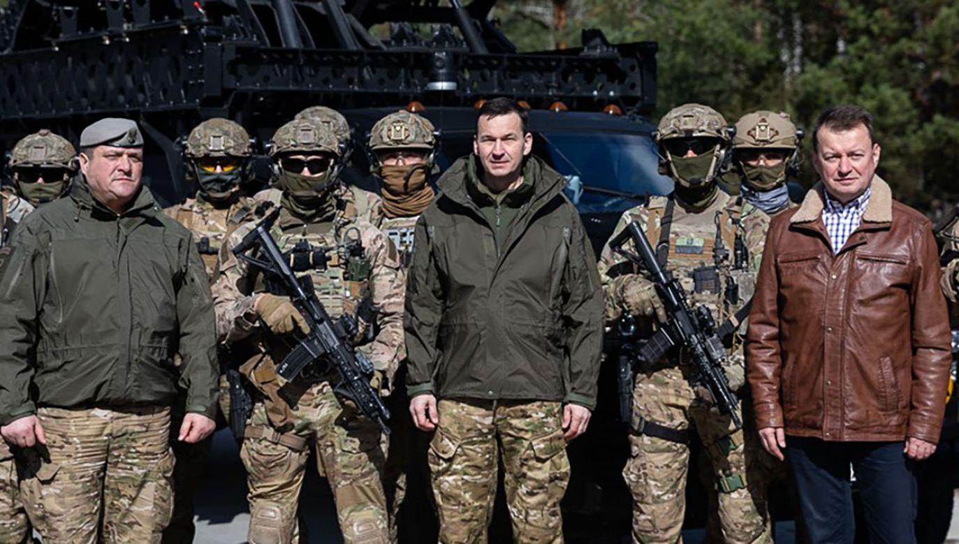 Premier Mateusz Morawiecki i szef MON Mariusz Błaszczak z żołnierzami GROM (fot. KPRM)