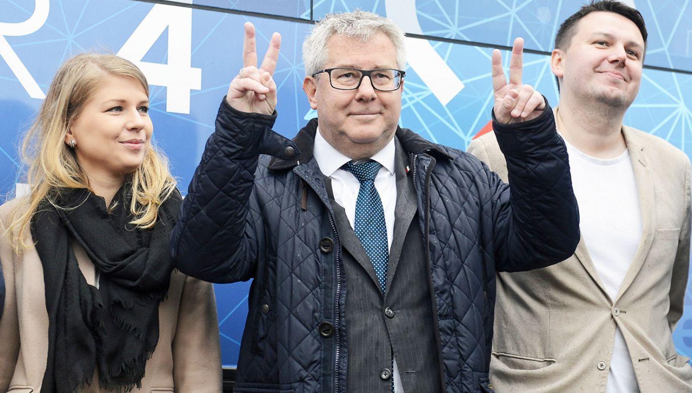 """""""Wydaje się, że tak"""" – odpowiada Ryszard Czarnecki pytany, czy zdobędzie mandat europosła na kolejną kadencję (fot. PAP/Jakub Kamiński)"""