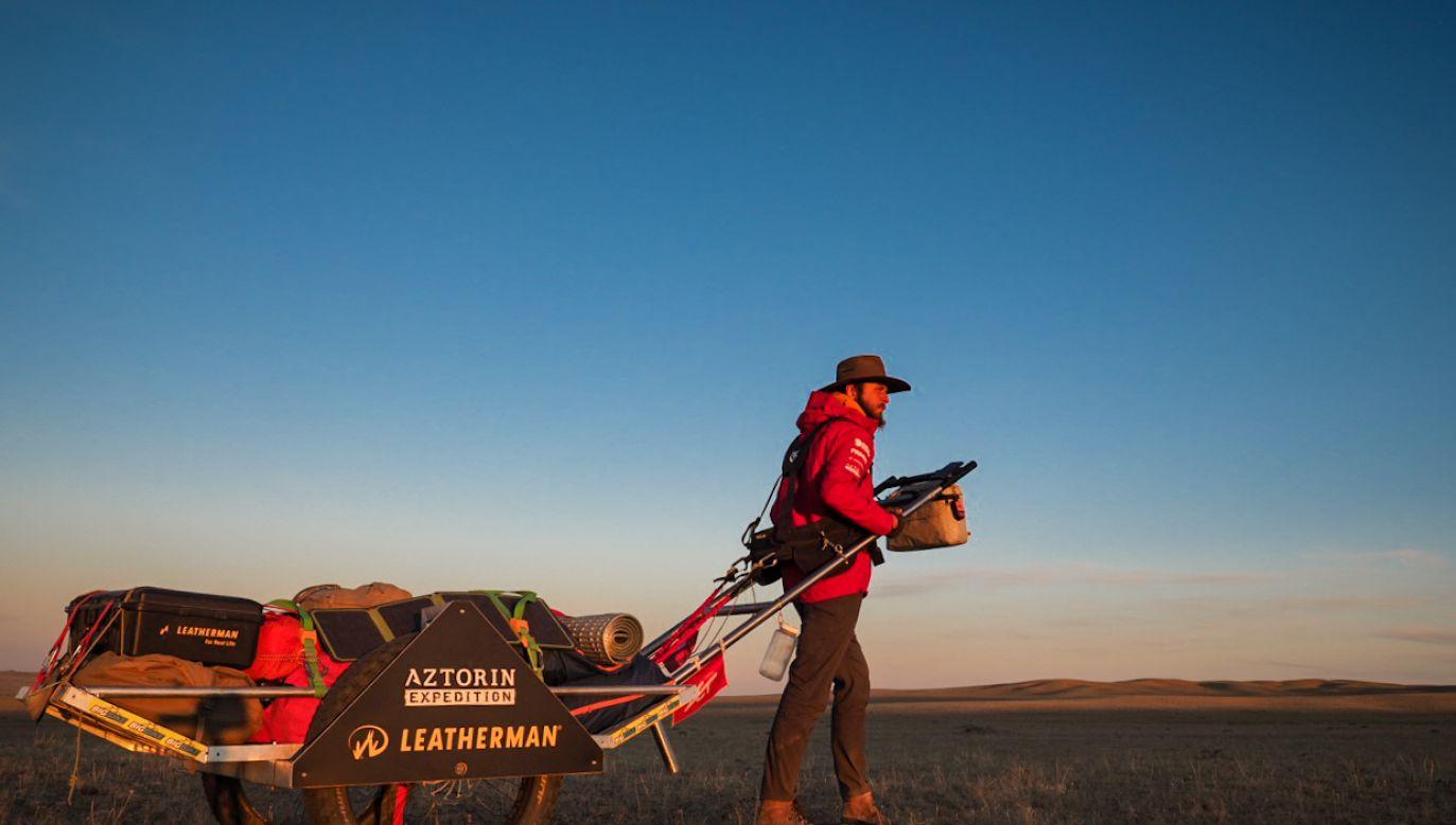 Mateusz ciągnął za sobą na specjalnie przygotowany wózek, który czasami ważył ponad 200 kg (fot. FB/Na Krańcach Świata - Aga i Mateusz Waligóra)