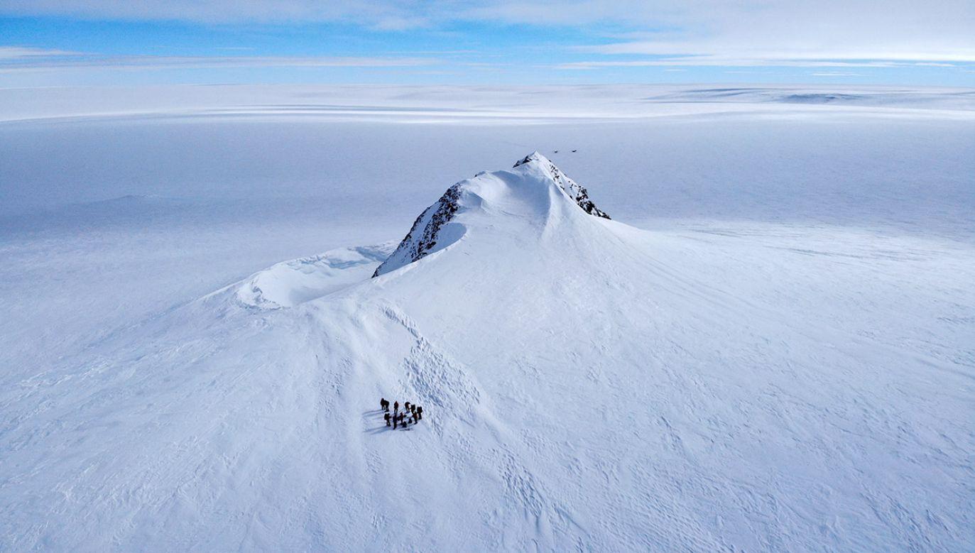 W ciągu 40 lat, według szacunków naukowców, znikające lody Antarktydy podniosły globalny poziom mórz łącznie o ok. 14 mm (fot. PAP/EPA/FELIPE TRUEBA)