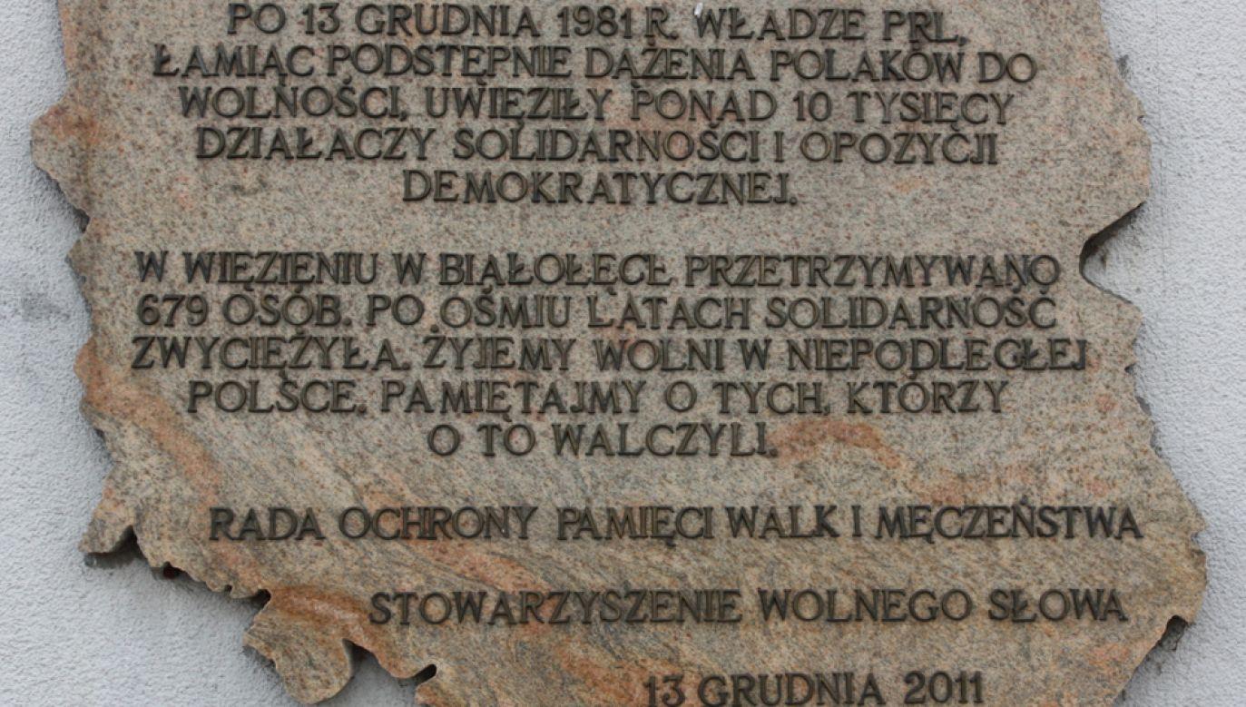 Tablica na murze Aresztu Śledczego Warszawa-Białołeka upamiętniająca internowanych w stanie wojennym (fot. Wikimedia Commons/Grzegorz Gołębiowski)