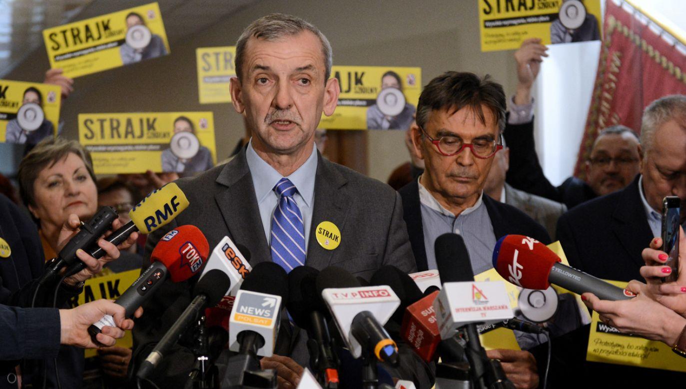 Zrobił to po fali krytyki szef ZNP powiedział, że może przeprosić rodziców (fot. PAP/Jakub Kamiński)