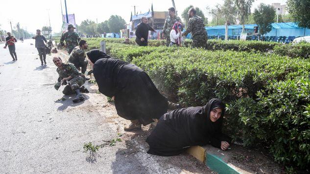 W sobotnim ataku w Ahwazie zginęło 25 osób, a 60 zostało rannych; na zdjęciu chwile po ataku  (fot. PAP/EPA/MORTEZA JABERIAN)