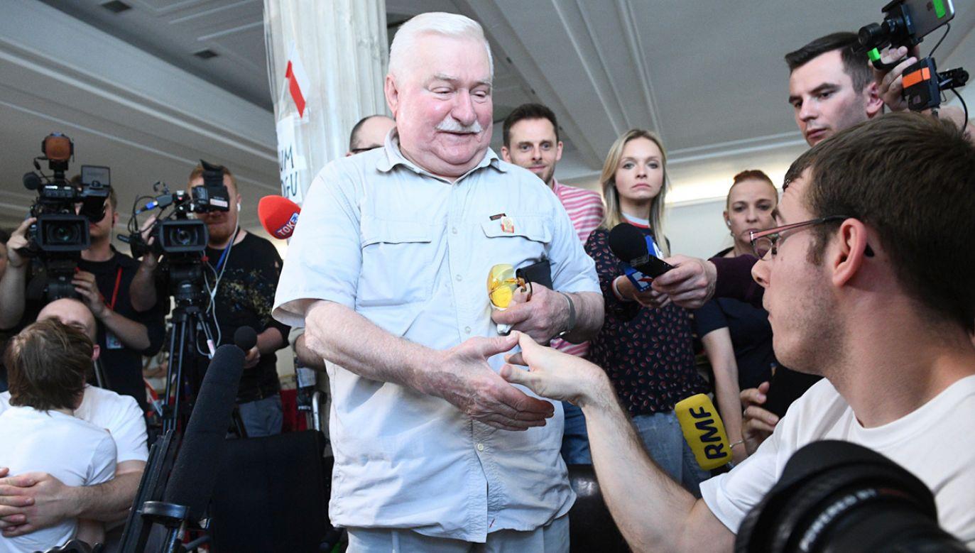 Były prezydent Lech Wałęsa po spotkaniu z rodzicami osób niepełnosprawnych 34. dnia protestu w Sejmie (fot. PAP/Jacek Turczyk)