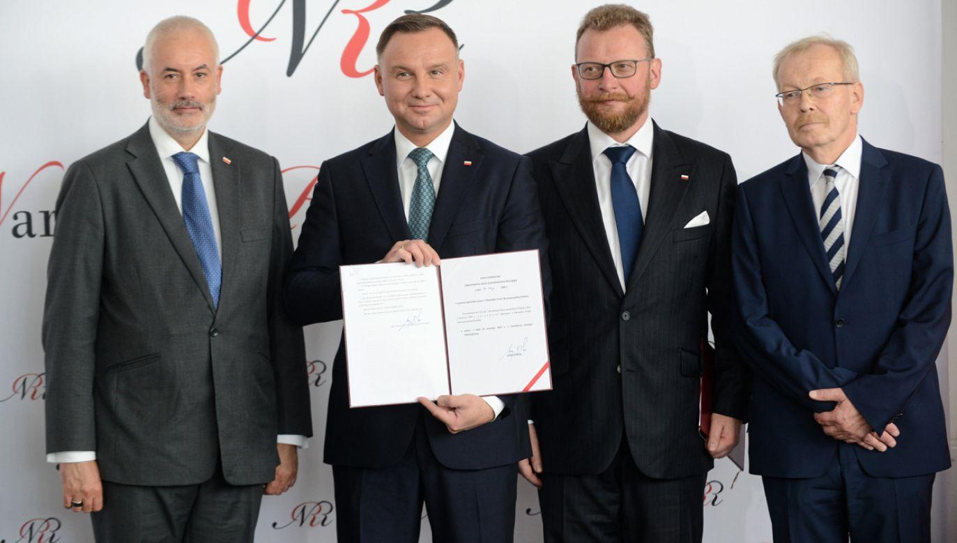 Prezydent Andrzej Duda (2L) podpisał ustawę o Narodowej Strategii Onkologicznej (fot.  PAP/Jakub Kamiński)