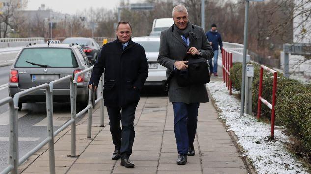 Leszek Czarnecki i mec. Romana Giertycha w drodze do prokuratury (fot. PAP/Andrzej Grygiel)