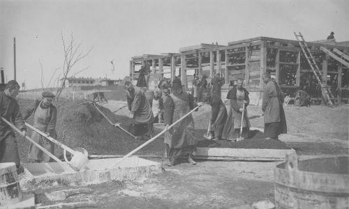 Zakonnicy przy budowie nowych zabudowań klasztornych. Fot. NAC/IKC