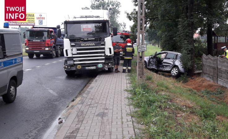 W wyniku zderzenia auto osobowe wpadło do rowu (fot.Twoje Info/Daniel)