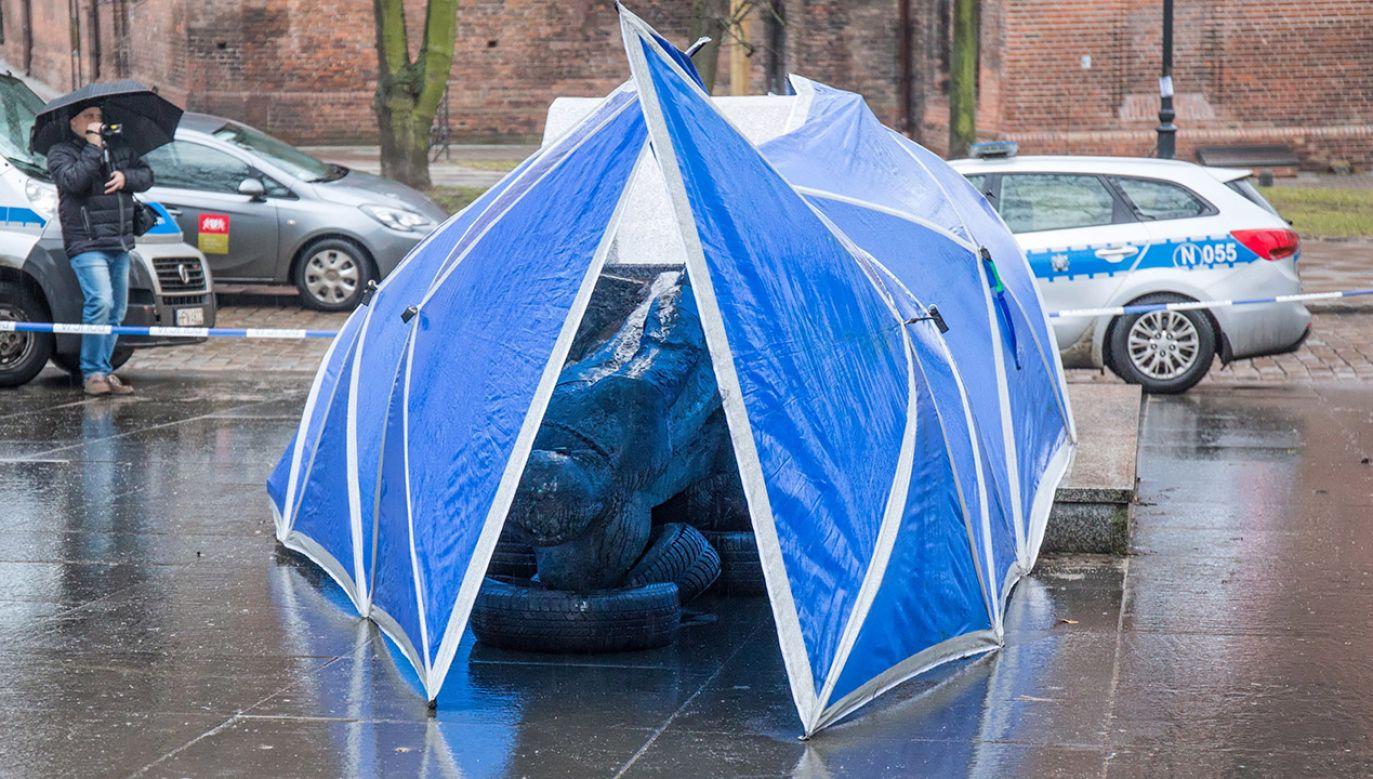 Zniszczony pomnik prałata Jankowskiego (fot. PAP/Jan Dzban)