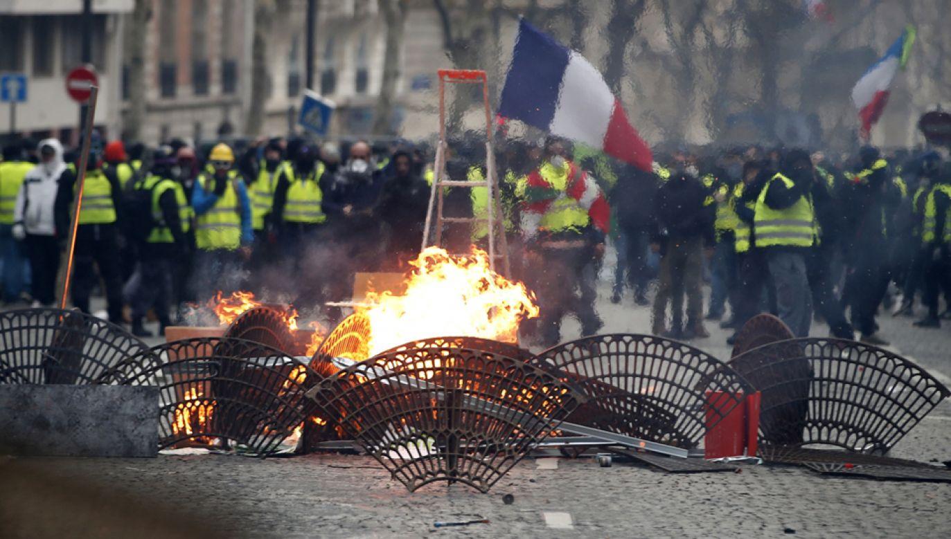 We Francji odbyły sie masowe protesty tzw. żółtych lamizelek (fot. PAP/EPA/IAN LANGSDON)