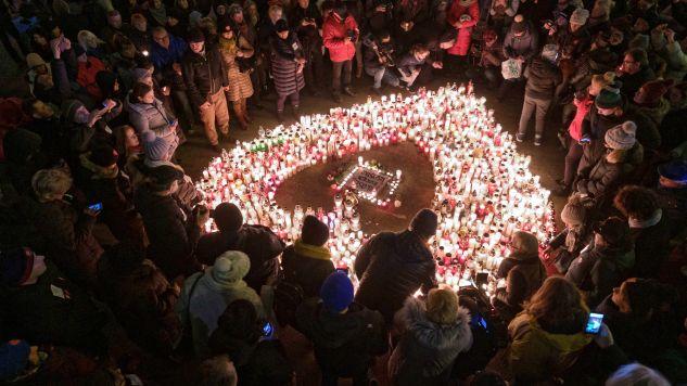 """Znicze w Gdańsku oraz innych miastach Polski ustawiane są na planie serca, a w mediach społecznościowych akcję nazwano """"największe serce świata"""" (fot. PAP/Jakub Kaczmarczyk)"""