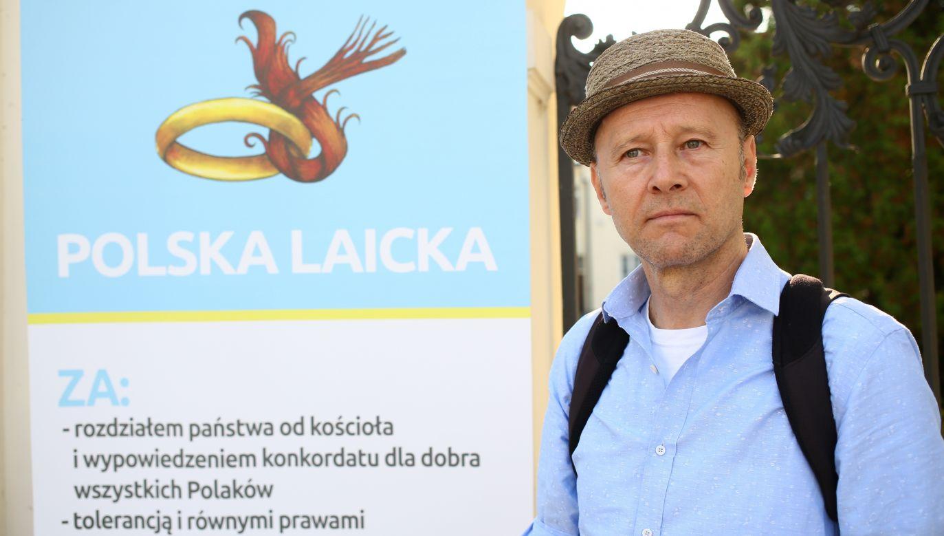 W 2015 roku Krzysztof Pieczyński zarejestrował stowarzyszenie Polska Laicka, w 2016 dołączył do comiesięcznych demonstracji przeciwko obchodom upamiętniającym katastrofę smoleńską. Fot. PAP/Leszek Szymański