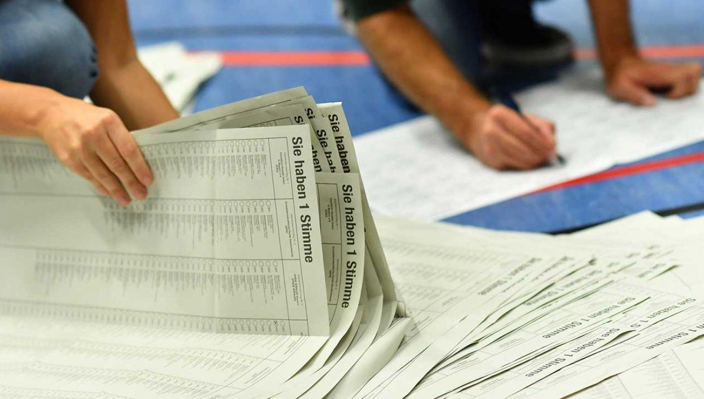 Wolontariusze liczą głosy po wyborach w Bawarii (fot. PAP/EPA/LENNART PREISS)