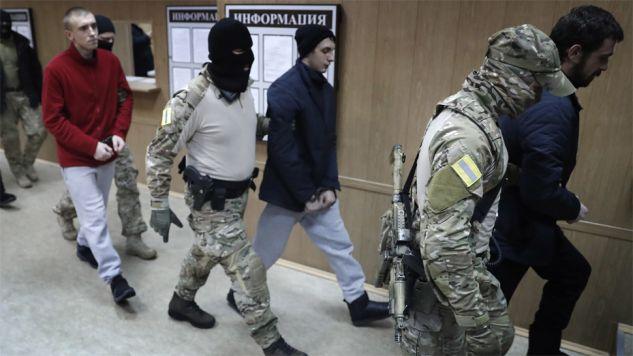 Marynarze są oskarżeni o nielegalne przekroczenie granicy Rosji (fot. PAP/EPA/MAXIM SHIPENKOV)