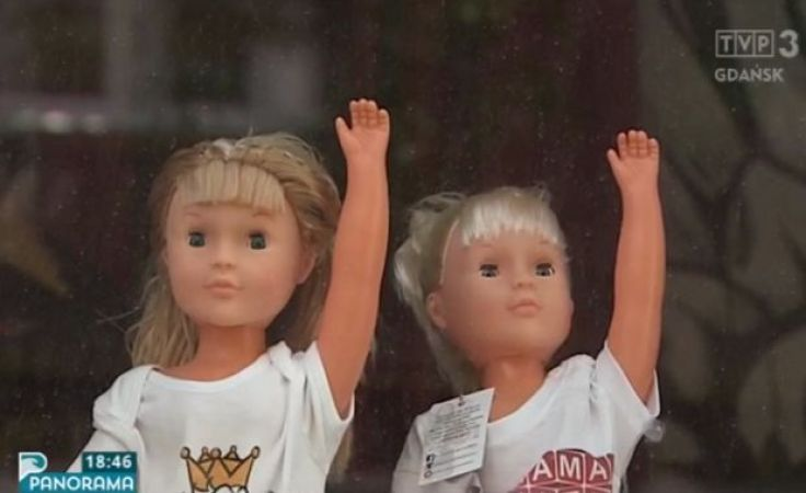 Laleczki ze sklepowej wystawy neonazistkami!?