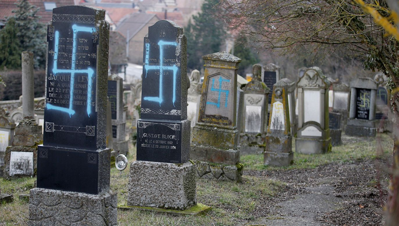 Sprofanowano ok. 80 grobów na cmentarzu Quatzenheim  (fot. REUTERS/Vincent Kessler)