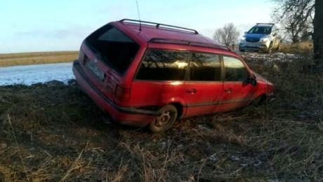 Sprawca wypadku porzucił auto (fot. KWP Olsztyn)
