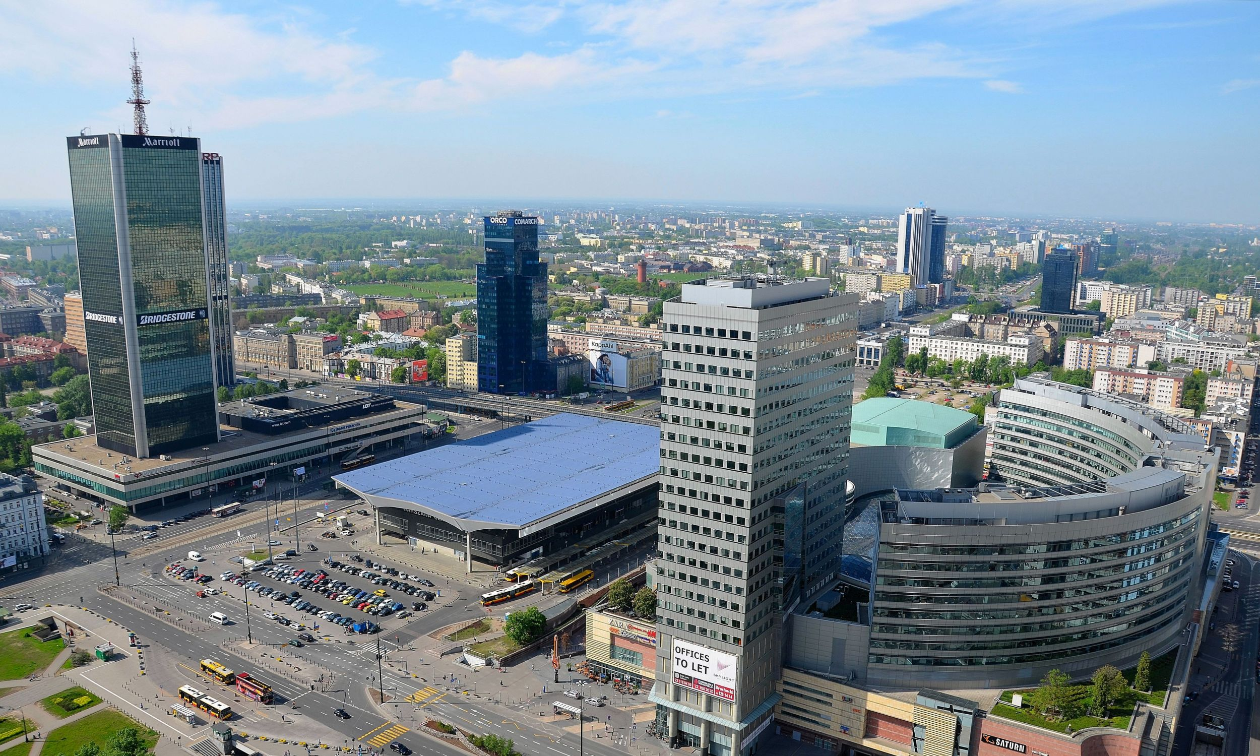 Południowe Śródmieście i Ochota widziane z Pałacu Kultury i Nauki. Po lewej w głębi Central Tower, po prawej – Marriott, a za nim Intraco II. W środku Dworzec Centralny i obok – centrum handlowe Złote Tarasy, z przeszklonym dachem i wieżowcem Skylight o wysokości około 105 metrów. Na dalszym planie, po lewej – Reform Plaza. Fot. By Adrian Grycuk - Own work, CC BY-SA 3.0 pl, https://commons.wikimedia.org/w/index.php?curid=33317994