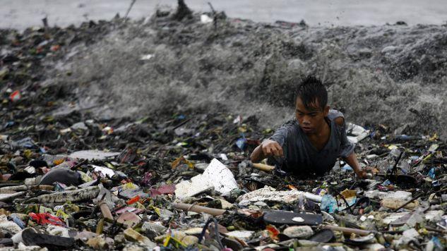 Celem nowych przepisów jest ograniczenie ilości plastikowych śmieci trafiających do mórz (fot. Reuters/ Cheryl Ravelo-Gagalac)