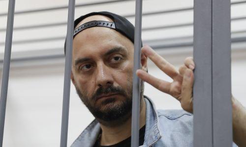 23 sierpnia 2017 r. Rosyjski reżyser Kirył Serebrennikow został zatrzymany i oskarżony o defraudację funduszy państwowych. Osadzony w klatce oskarżonych, uczestniczy w przesłuchaniu w sprawie jego zatrzymania  w Moskwie. Fot. REUTERS / Tatyana Makeyeva