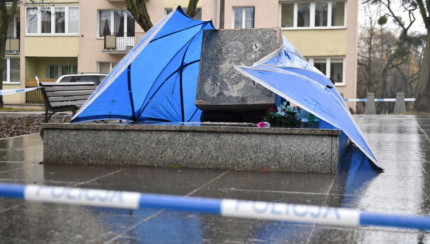 Zniszczony pomnik ks. Henryka Jankowskiego w Gdańsku (fot. PAP/Marcin Gadomski)