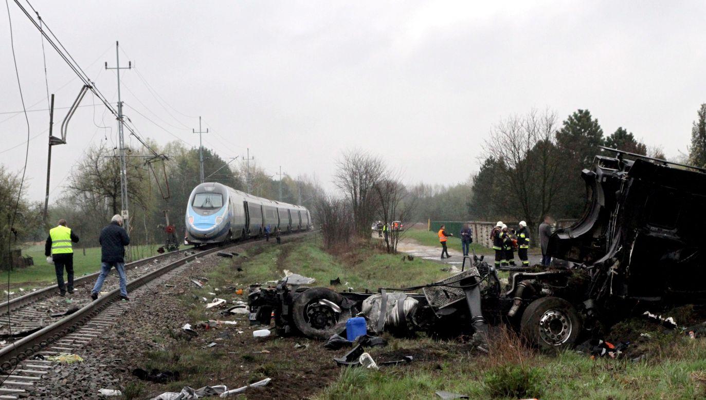 Wypadek niedaleko Ozimka na Opolszczyźnie, kwiecień 2017 r. (fot. arch. PAP/Krzysztof Świderski)