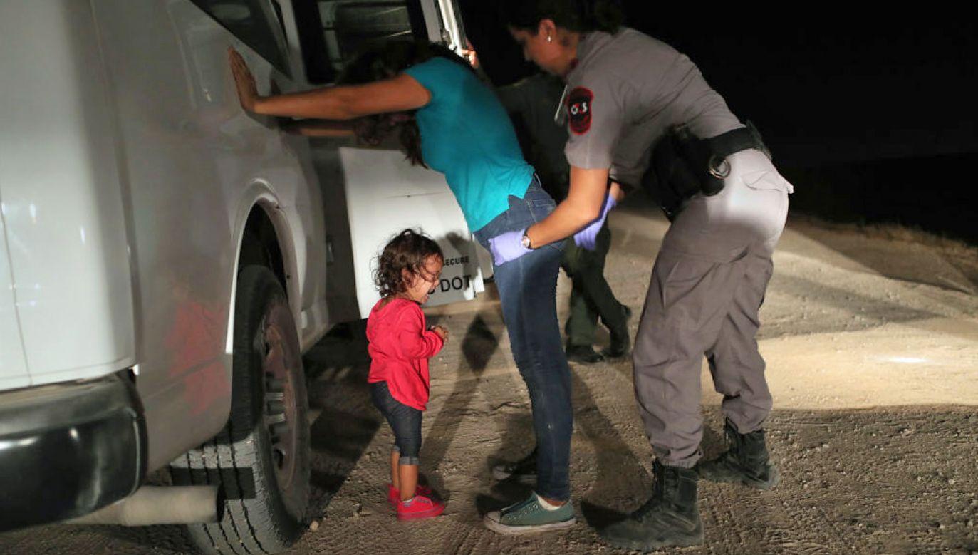 Aresztowani nielegalni imigranci są oddzielani od dzieci (fot. John Moore/Getty Images)