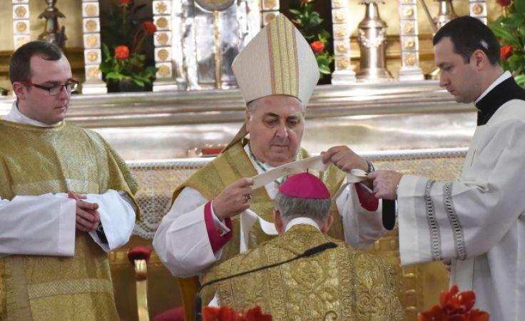 Nuncjusz apostolski w Polsce Salvatore Pennacchio (C) nałożył na abp. Marka Jędraszewskiego   paliusz symbol misji pasterskiej i Chrystusowego jarzma (PAP/Jacek Bednarczyk)