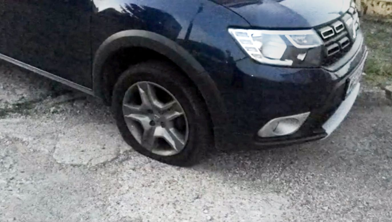 Pod koniec lipca w Morągu doszło do uszkodzenia opon w pięciu autach działaczy PiS (fot. TVP3 Olsztyn)