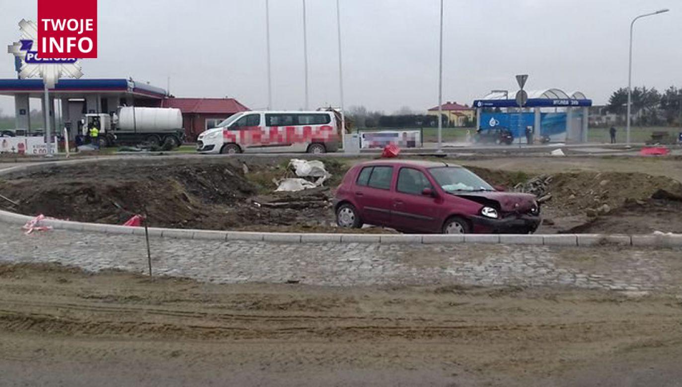 Kierowca był tak pewny znajomości trasy, że skończył w głębokim wykopie pod rondo (fot. lubelska.policja.gov.pl)