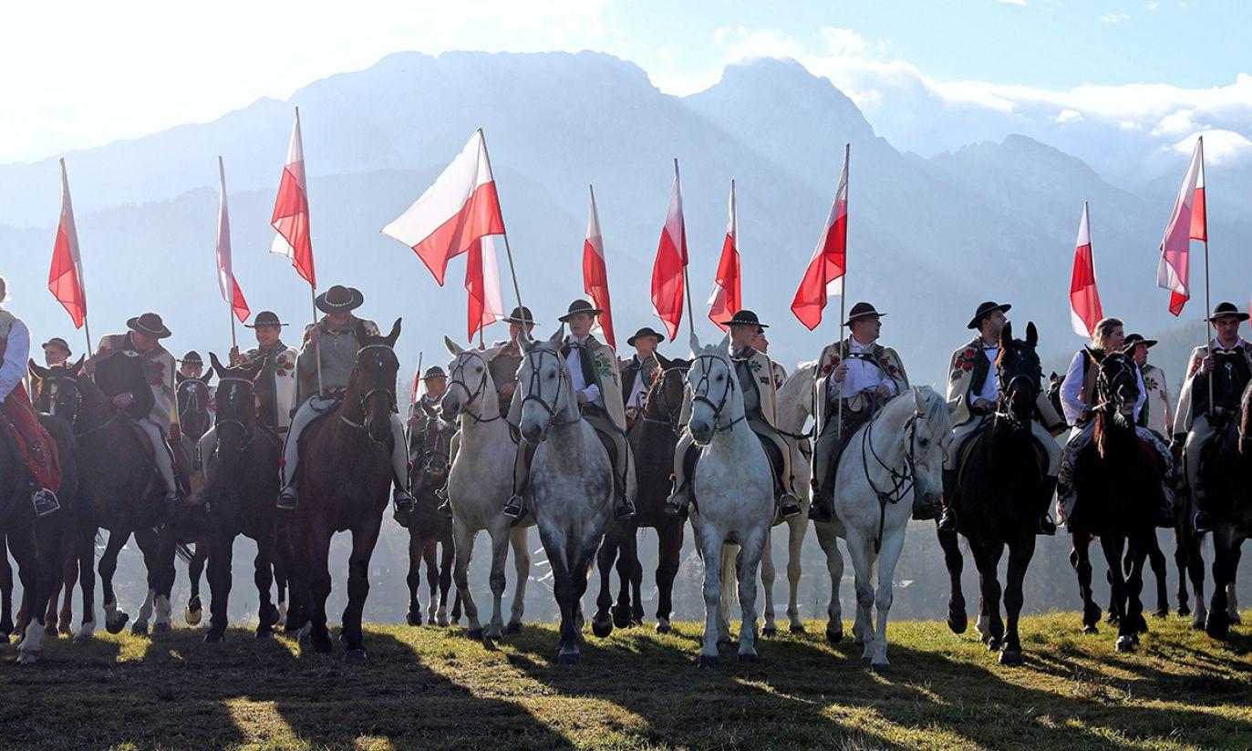 Banderia konna, składająca się z ok. 100 jeźdźców, przejechała ulicami Zakopanego (fot. PAP/Grzegorz Momot)