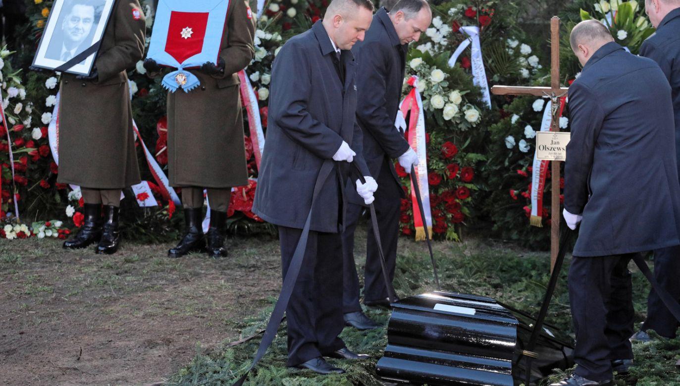 Jan Olszewski spoczął na cmentarzu na Wojskowych Powązkach (fot. PAP/Paweł Supernak)