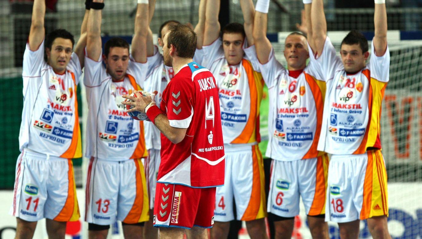 Mariusz Jurasik (tyłem, z piłką) i mur zawodników reprezentacji Macedonii, MŚ 2009 (fot. Getty)