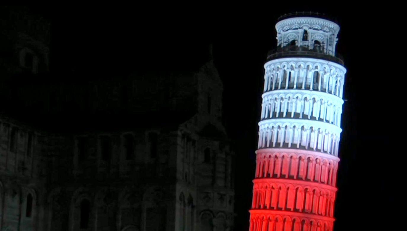 Wśród iluminowanych obiektów znalazła się Krzywa Wieża w Pizie (fot. TVP info)