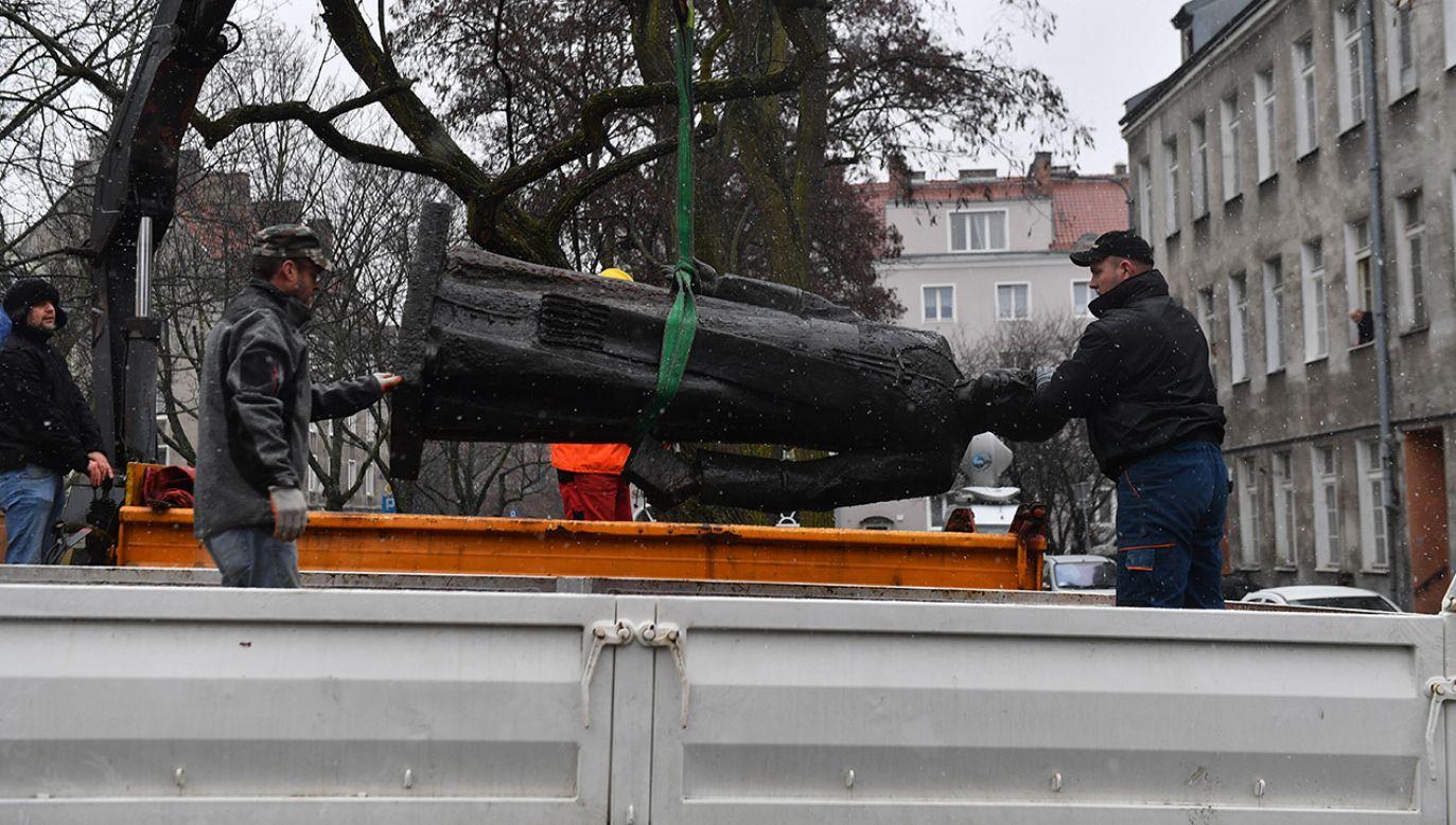 Miejskie służby chciały zabrać zniszczony pomnik do magazynu (fot. PAP/Marcin Gadomski)