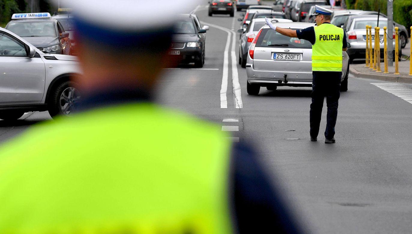 Zatrzymany kierowca przekroczył 50 punktów karnych (fot. arch.PAP/Marcin Bielecki)
