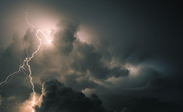 Zgodnie z zaleceniami RCB, w czasie burzy nie należy wychodzić z domu (fot. Shutterstock/HE68)