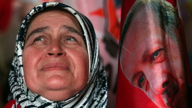Zwolennicy obecnego prezydenta triumfują (fot. PAP/EPA/ERDEM SAHIN)