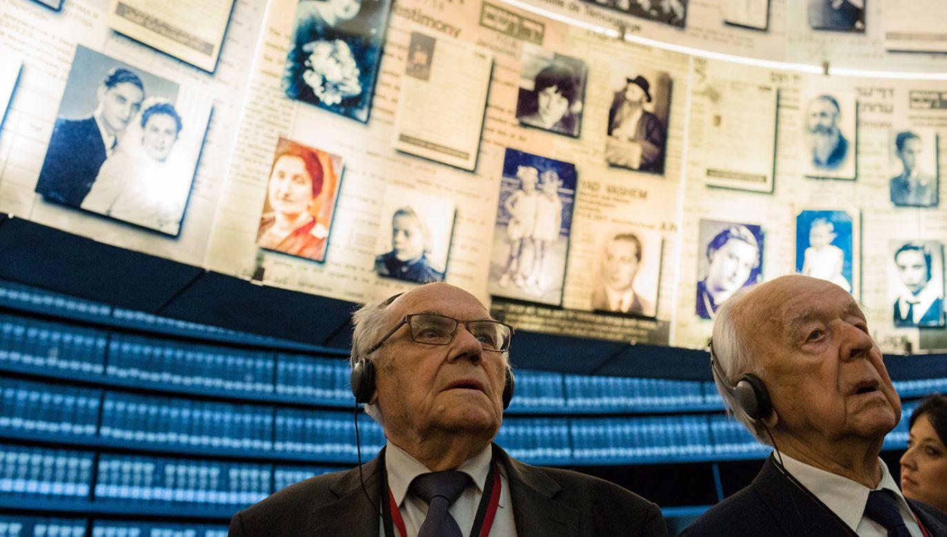 """Napis w Instytucie Yad Vashem głosi, że brama łódzkiego getta była """"pilnowana przez niemieckich żołnierzy i polską policję"""" (fot.  PAP/Adam Guz)"""