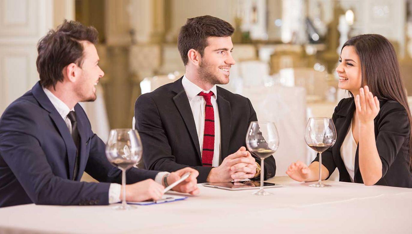 Niebezpieczne jest regularne picie alkoholu po pracy – twierdzą eksperci (fot. Shutterstock/VGstockstudio)