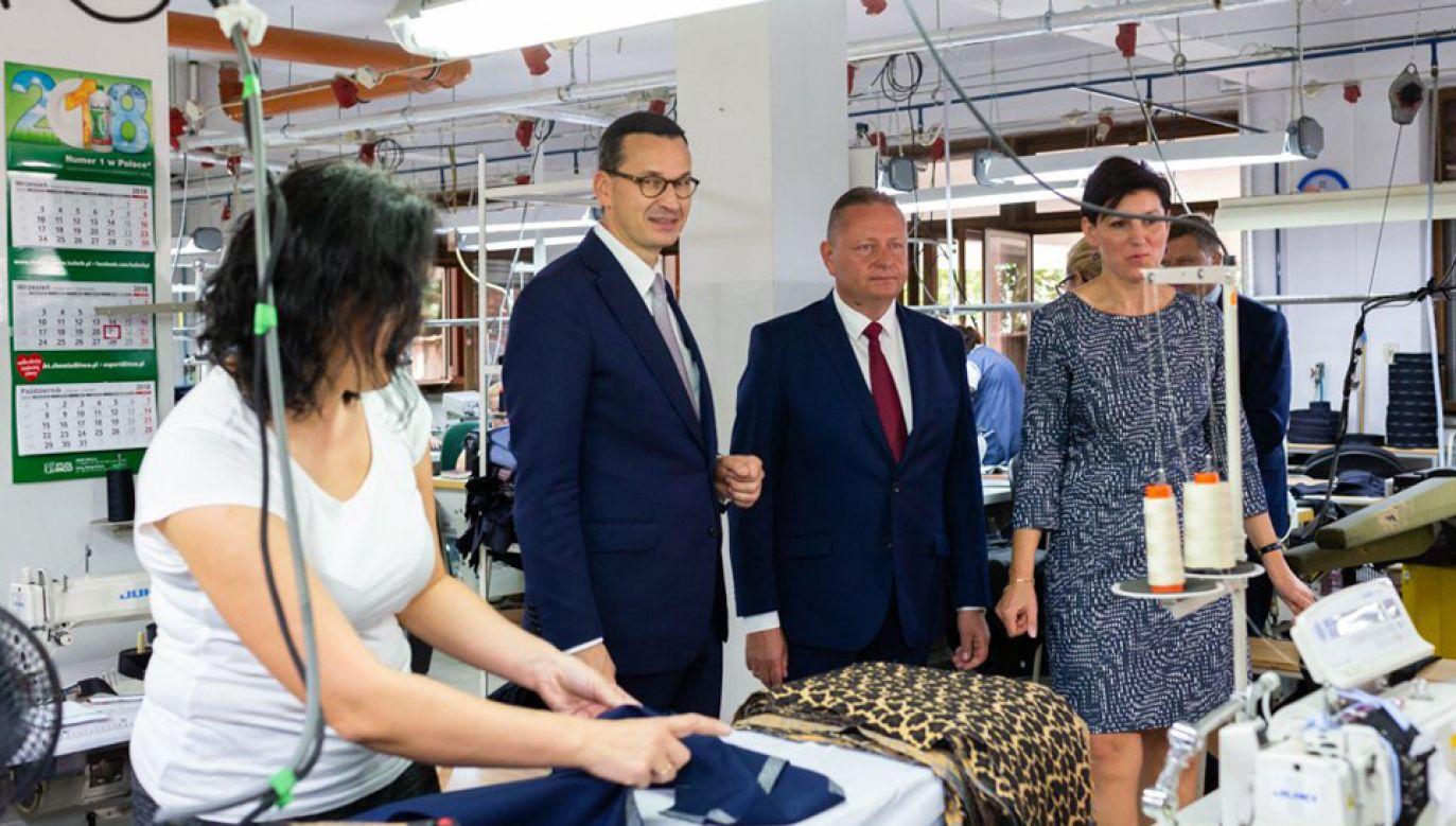"""Premier odwiedził zakład produkcji odzieży """"Exellent"""" w Iławie (fot. TT/@PremierRP)"""