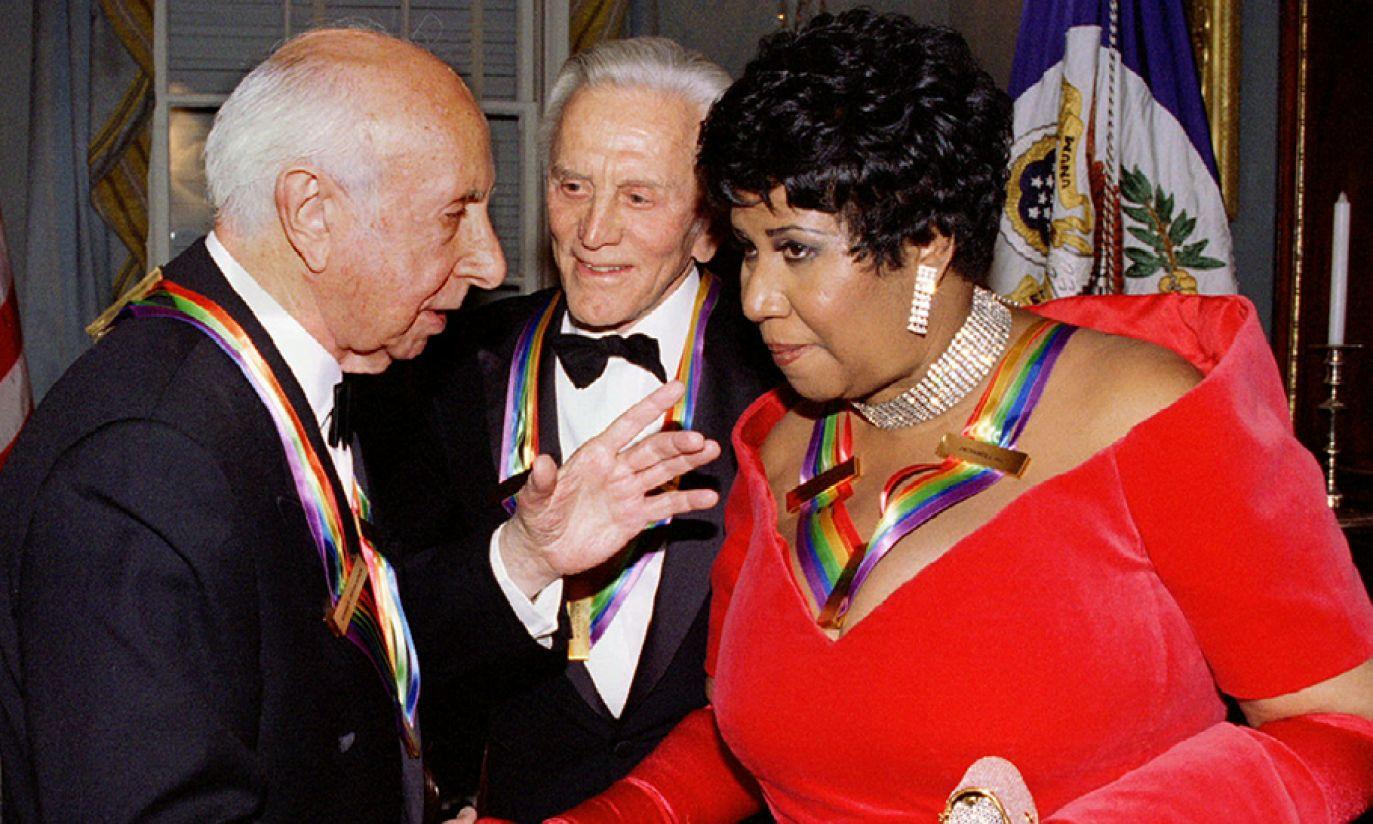 Aretha Franklin i Kirk Douglas na spotkaniu z kompozytorem Mortonem Gouldem w 1994 roku (fot. Reuters Pictures/Mike Theiler)